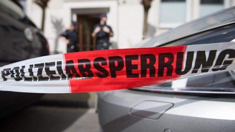 Polizisten bewachen am 8. April 2018 das Wohnhaus des Amokfahrers Jens R. in Münster. Foto: Friso Gentsch/Archivbild