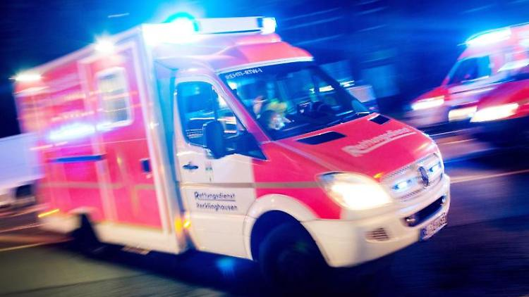 Ein Rettungswagen fährt mit Blaulicht durch eine Straße. Foto: Marcel Kusch/Archiv
