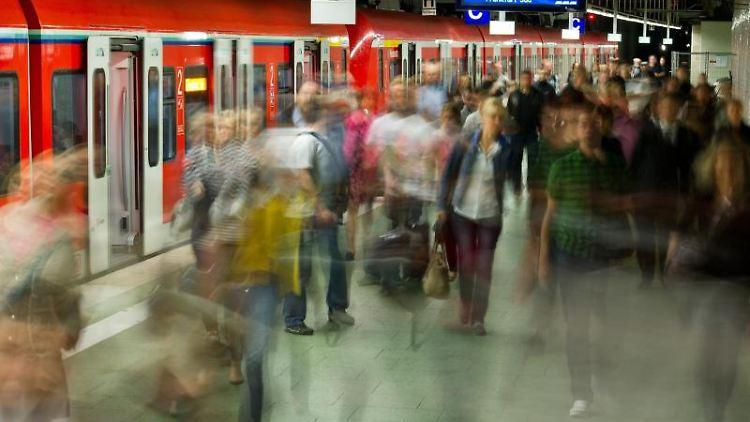 Viele Menschen verlassen eine S-Bahn im Frankfurter Hauptbahnhof. Foto:Christoph Schmidt/Archiv