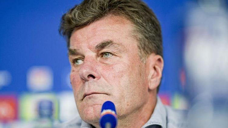 Hamburgs Trainer Dieter Hecking spricht in der Pressekonferenz des HSV im Volksparkstadion. Foto:Axel Heimken/Archivbild