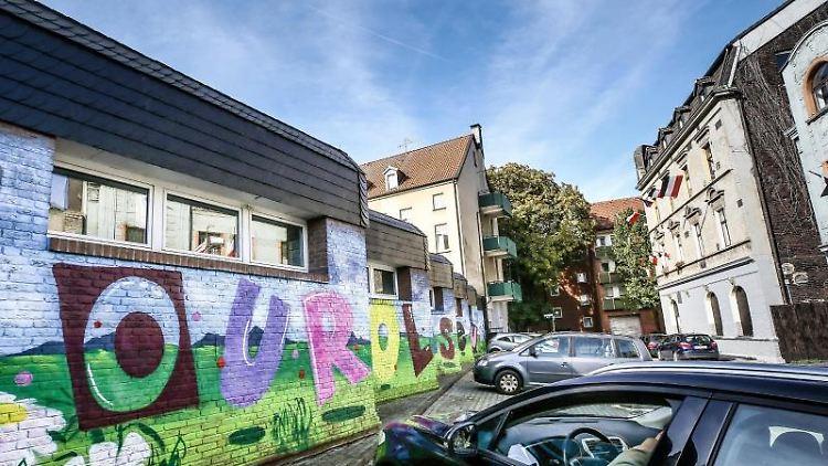 Ein Zivilfahrzeug der Polizei steht vor einer mit Graffiti besprühten Wand. Foto:Dieter Menne/archivbild