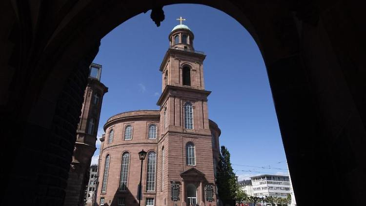 Die Paulskirche, fotografiert durch einen Torbogen. Foto:Boris Roessler/Archiv
