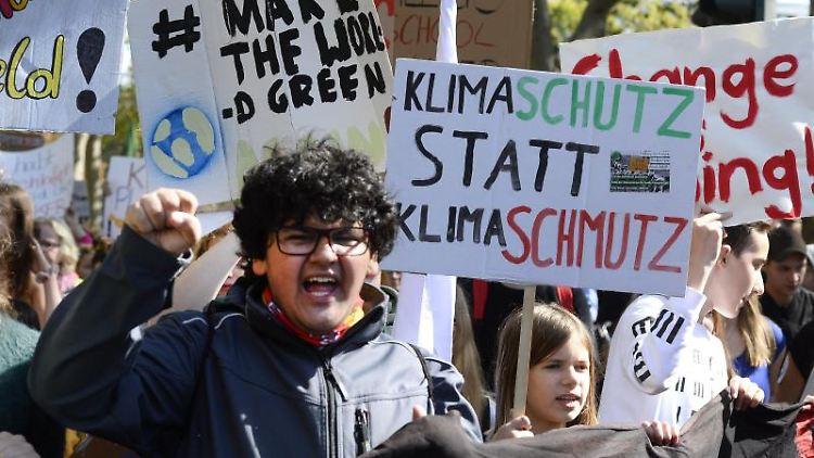 Jugendliche demonstrieren am Rhein bei der Friday for future Demonstration für einen besseren Klimaschutz. Foto:Roberto Pfeil/Archivbild