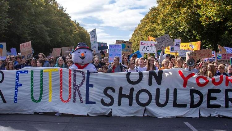 Teilnehmer der Fridays for Future Demonstration halten ein Banner mit der Aufschrift