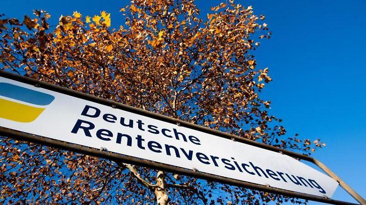 Ein Straßenschild weist den Weg zur Deutschen Rentenversicherung. Foto: Julian Stratenschulte/Archivbild