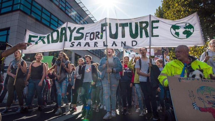 Jugendliche demonstrieren in der Innenstadt hinter einem Banner mit der Aufschrift