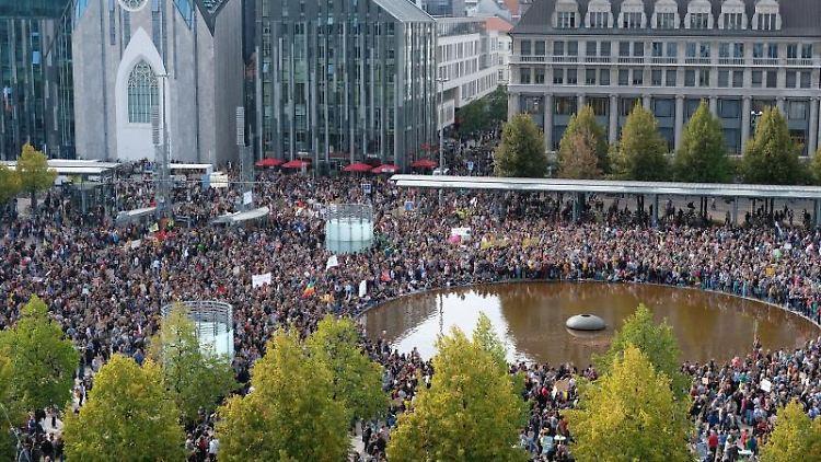 Teilnehmer der Klimaastreikdemonstration versammeln sich auf dem Augustusplatz. Foto: Sebastian Willnow