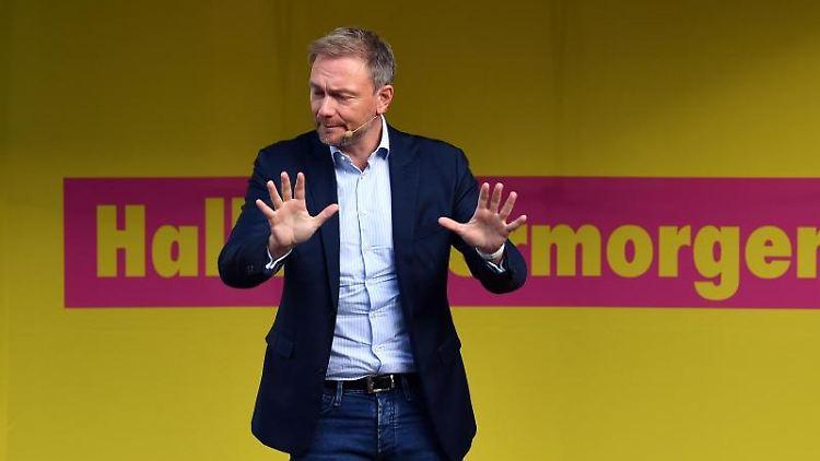Christian Lindner, FDP-Bundesvorsitzender, spricht bei einer Kundgebung zum Wahlkampfauftakt. Foto: Martin Schutt/Archivbild