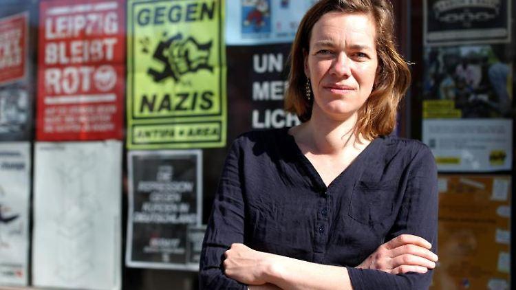 Die Linke-Politikerin Juliane Nagel steht vor ihrem Abgeordnetenbüro in Leipzig. Foto: Jan Woitas/Archivbild