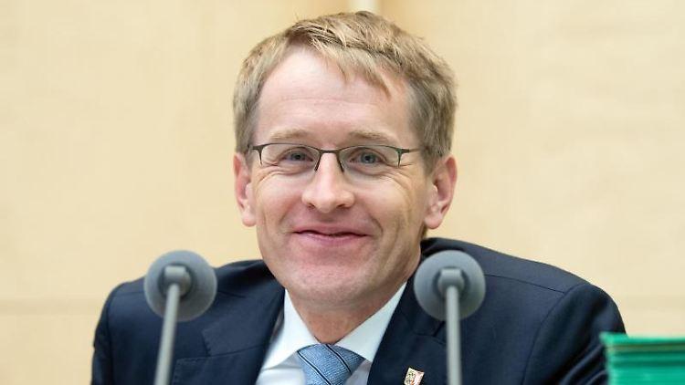 Daniel Günther (CDU), Ministerpräsident von Schleswig-Holstein und Bundesratspräsident, lächelt. Foto: Soeren Stache