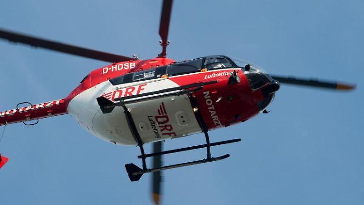 Der Rettungshubschrauber fliegt während eines Einsatzes durch die Luft. Foto: Stefan Sauer/Archivbild