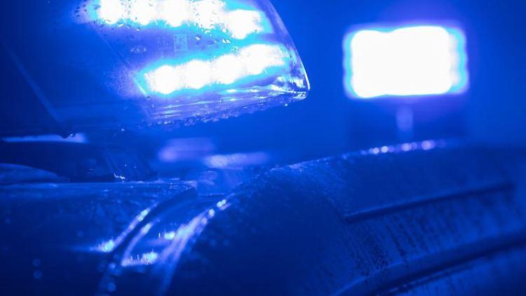 Blaulichter leuchten auf einem Streifenwagen. Foto: Jens Büttner/Archivbild