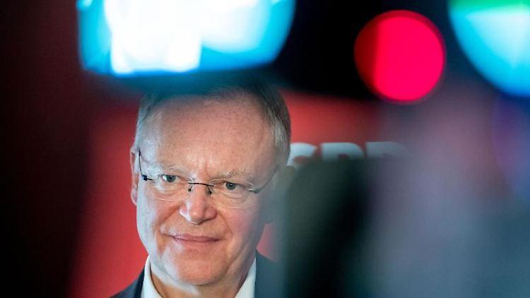 Stephan Weil (SPD), Ministerpräsident von Niedersachsen, spricht zu Jornalisten. Foto: Peter Steffen/Archivbild