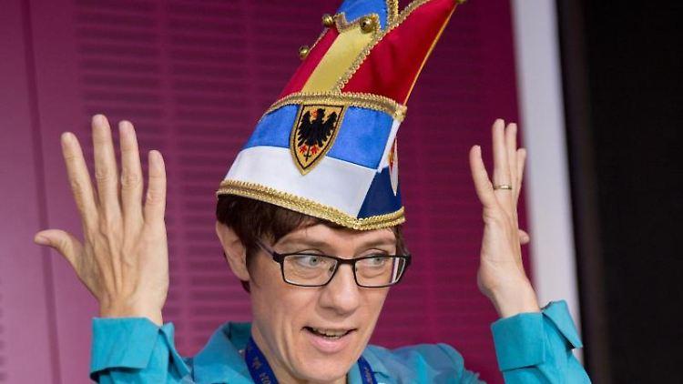 Annegret Kramp-Karrenbauer, CDU-Vorsitzende und Bundesverteidigungsministerin, hebt die Hände in die Luft. Foto: Jörg Carstensen/Archivbild