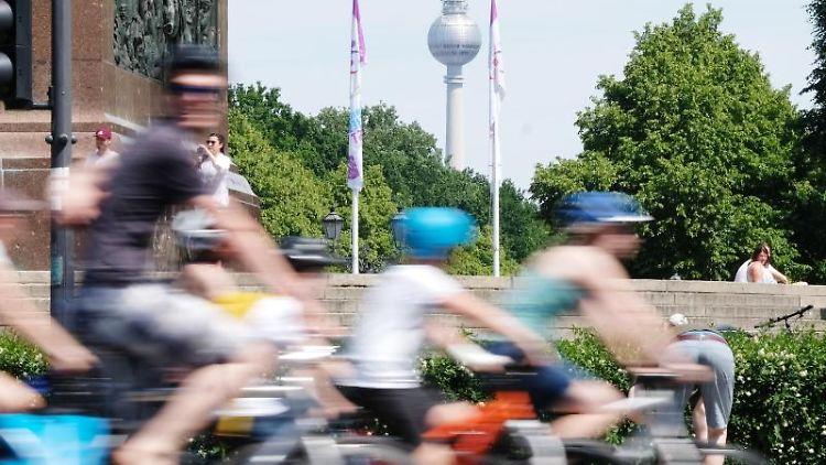Fahrradfahrer radeln gemeinsam bei einer Veranstaltung des Allgemeinen Deutschen Fahrrad-Clubs e. V. (ADFC). Foto: Sebastian Willnow/Archiv