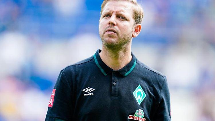 Bremens Trainer Florian Kohfeldt geht vor dem Anfang der Partie übers Spielfeld. Foto: Uwe Anspach/Archivbild