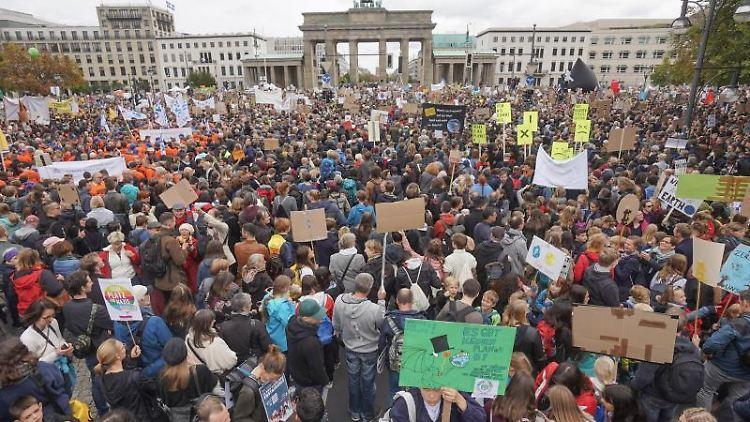 Demonstranten nehmen am Klima Protesttag von Fridays For Future vor dem Brandenburger Tor teil. Foto:Jörg Carstensen/Archivbild
