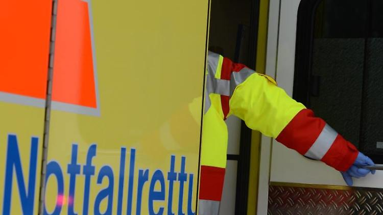 Ein Rettungsassistent steigt in einen Rettungswagen. Foto:Jens Kalaene/Archivbild