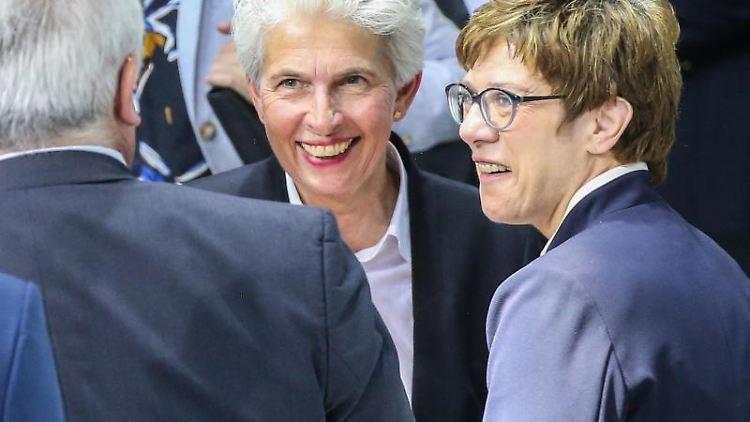 Annegret Kramp-Karrenbauer (CDU) und Marie-Agnes Strack-Zimmermann (FDP). Foto:Wolfgang Kumm/Archivbild