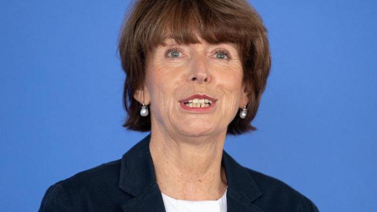 Kölns Oberbürgermeisterin Henriette Reker (parteilos), spricht während einer Pressekonferenz. Foto: Marius Becker/Archivbild
