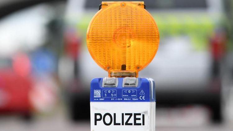 Eine Warnleuchte der Polizei steht an einer Fahrbahneinengung. Foto: Hendrik Schmidt/Archivbild