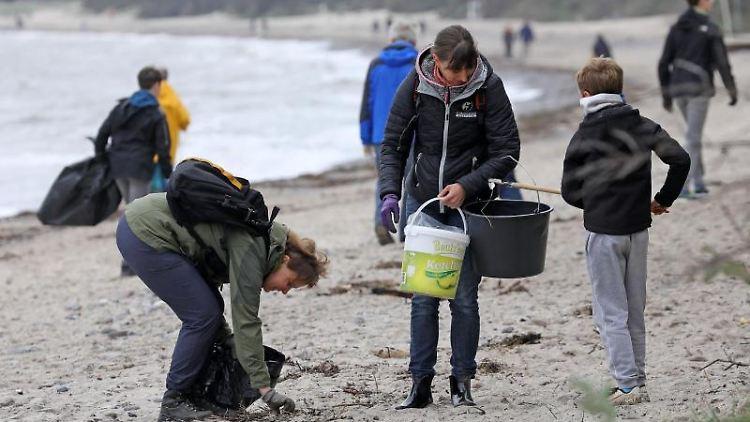 Am Ostseestrand von Diedrichshagen startet eine Müllsammelaktion. Foto: Bernd Wüstneck
