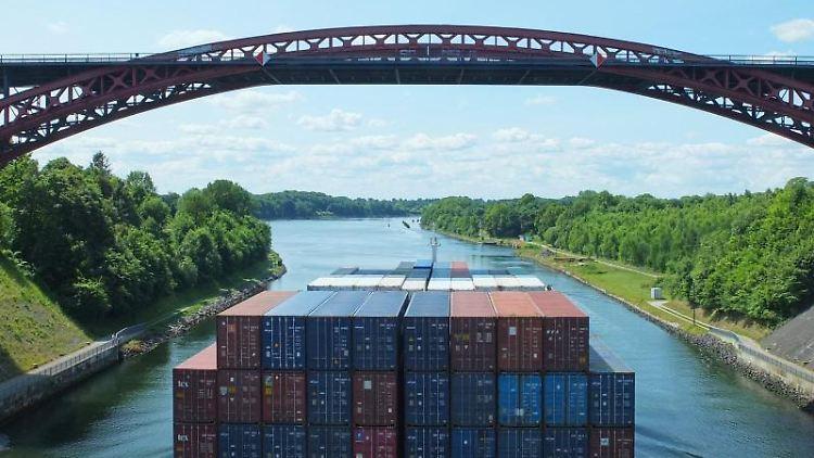 Ein Containerschiff fährt auf dem Nord-Ostsee-Kanal unter der Levensauer Hochbrücke. Foto: Andre Klohn/Archivbild