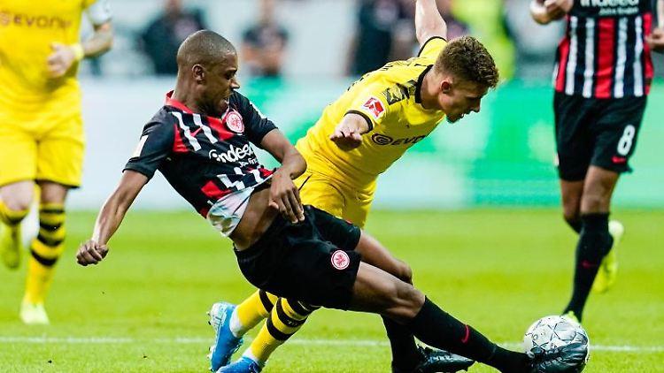 Frankfurts Gelson Fernandes (l) und Dortmunds Thorgan Hazard versuchen an den Ball zu kommen. Foto: Uwe Anspach
