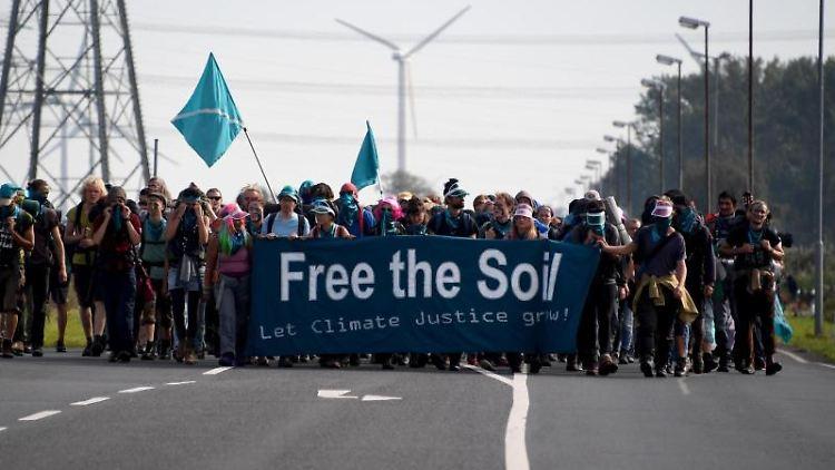 Umweltschützer marschieren zu der Düngemittelfirma Yara und versuchen, die Produktion zu stören. Foto:CarstenRehder