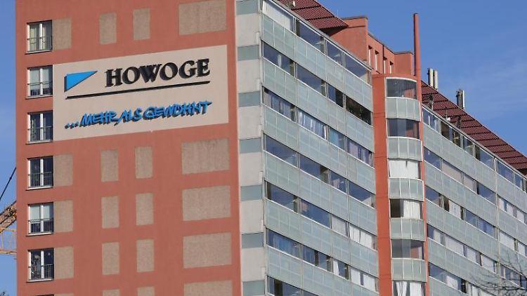 Das Logo der Wohnungsbaugesellschaft HOWOGE an einem Wohnblock, hier in Friedrichshain. Foto: Wolfgang Kumm/Archivbild