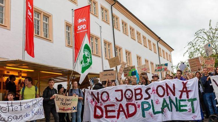 Demonstranten protestieren im Vorfeld der SPD-Regionalkonferenz in der Schlossgartenhalle in Ettlingen. Foto: Philipp von Ditfurth