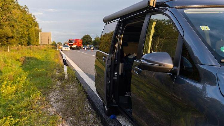 Offen ist die Schiebetür an einem Van, der auf der Autobahn A96 steht. Foto:Benjamin Liss