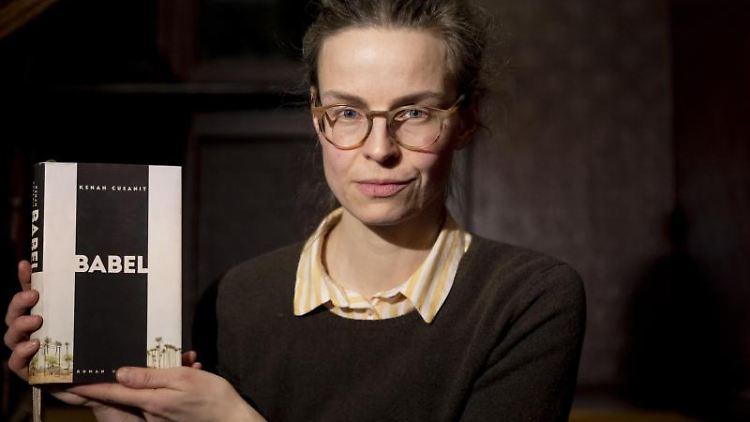 Kenah Cusanit, Autorin, steht nach einer Veranstaltung im Literaturhaus Berlin. Foto:Christoph Soeder/Archivbild