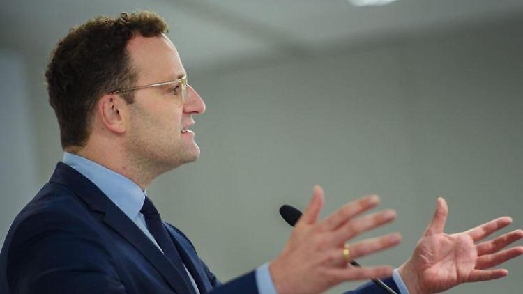 Jens Spahn (CDU), Bundesminister für Gesundheit, hebt die Arme während einer Rede. Foto: Gregor Fischer/Archivbild