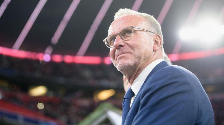 Karl-Heinz Rummenigge, Vorstandschef vom FC Bayern, steht vor Spielbeginn am Spielfeldrand. Foto: Matthias Balk/Archivbild