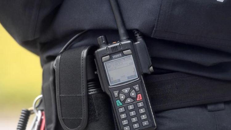 Eine Polizistin trägt ein digitales Polizei-Funkgerät am Gürtel. Foto: Tobias Hase/dpa