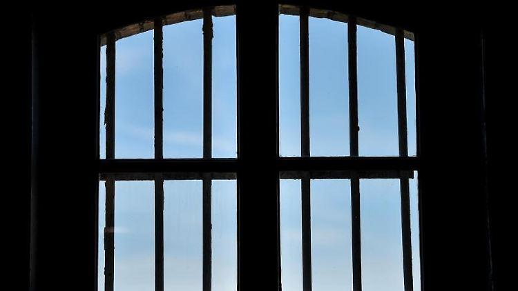 Ein vergittertes Fenster im ehemaligen Zuchthaus Cottbus. Foto: Patrick Pleul/zb/dpa