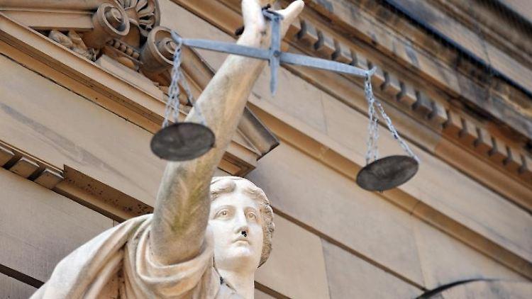 Eine Statue der Göttin Justitia mit einer Waage in ihrer Hand. Foto: Stefan Puchner/dpa