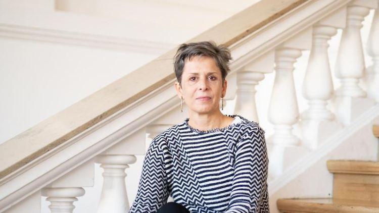 Prof. Tulga Beyerle Direktorin des Museums für Kunst und Gewerbe, sitzt auf Treppenstufen