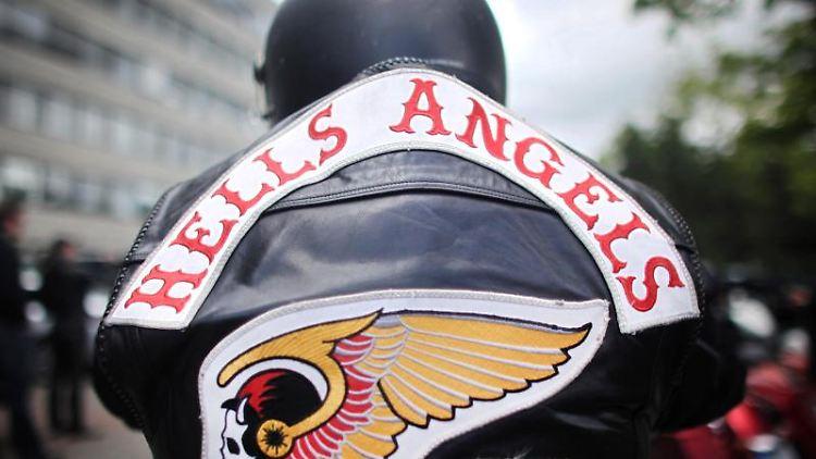 Ein Mitglied der Rockergruppe Hells Angels nimmt an einem Protestkorso teil. Foto: Fredrik von Erichsen/dpa