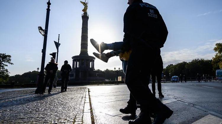 Polizisten tragen einen Aktivisten der Klimabewegung