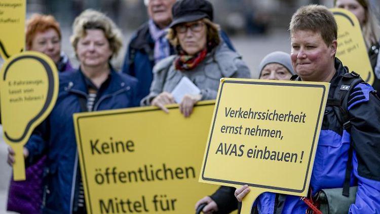 Mitglieder des Blinden- und Sehbehindertenvereins halten bei einer Protestaktion auf dem Rathausmarkt Schilder. Foto: Axel Heimken/dpa
