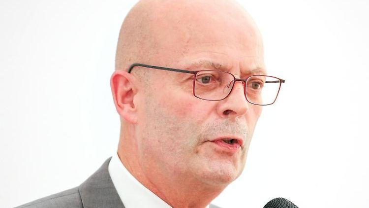 Bernd Wiegand (parteilos), Oberbürgermeister der Stadt Halle, hält eine Ansprache.. Foto: Jan Woitas/zb/dpa