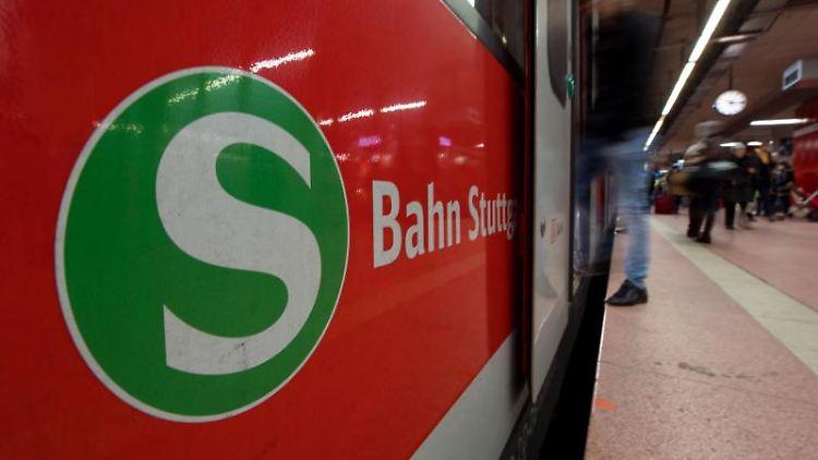 Eine S-Bahn steht am Hauptbahnhof in Stuttgart. Foto: Marijan Murat/dpa