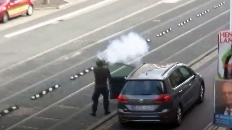 Mann schießt in halle um sich.jpg