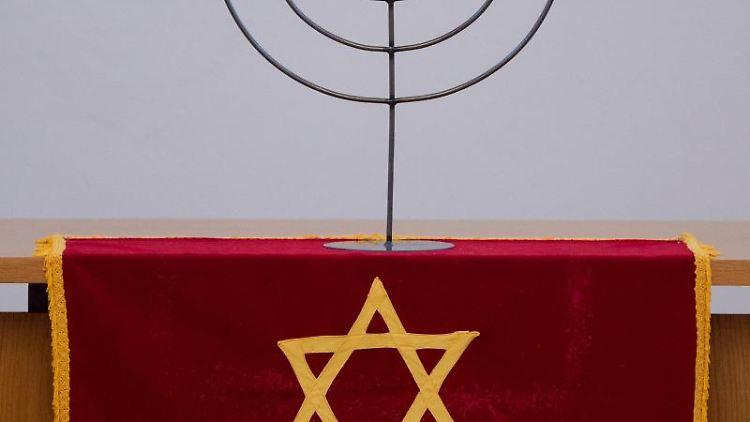 Ein siebenarmiger Leuchter (Menora) ist auf einem Davidstern zu sehen. Foto: Patrick Pleul/dpa-Zentralbild/dpa