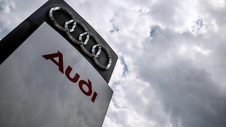 Dunkle Wolken ziehen über eine Stelel mit dem Audi-Logo und Schriftzug hinweg. Foto: Christoph Schmidt/dpa