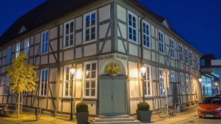 Beleuchtet ist ein Fachwerkhaus im Zentrum von Eberswalde. Foto: Patrick Pleul/zb/dpa