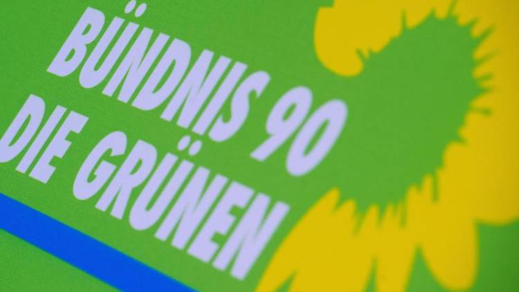 Das Logo von Bündnis 90/Die Grünen steht auf einem Aufsteller der Partei. Foto: Stefan Sauer/zb/dpa