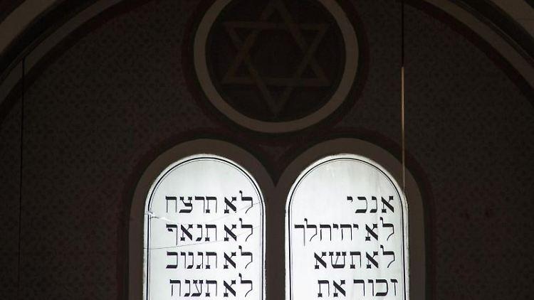 Die Zehn Gebote in hebräisch sind in der ehemaligen Synagoge des Museums Synagoge Gröbzig zu sehen. Foto: Klaus-Dietmar Gabbert/zb/dpa
